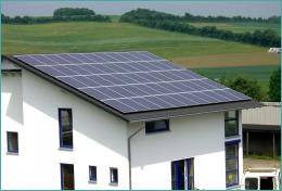 Die Sonnenkollektoren auf dem Firmengebäude von Jan-Peter Kiel liefern reichlich Strom.